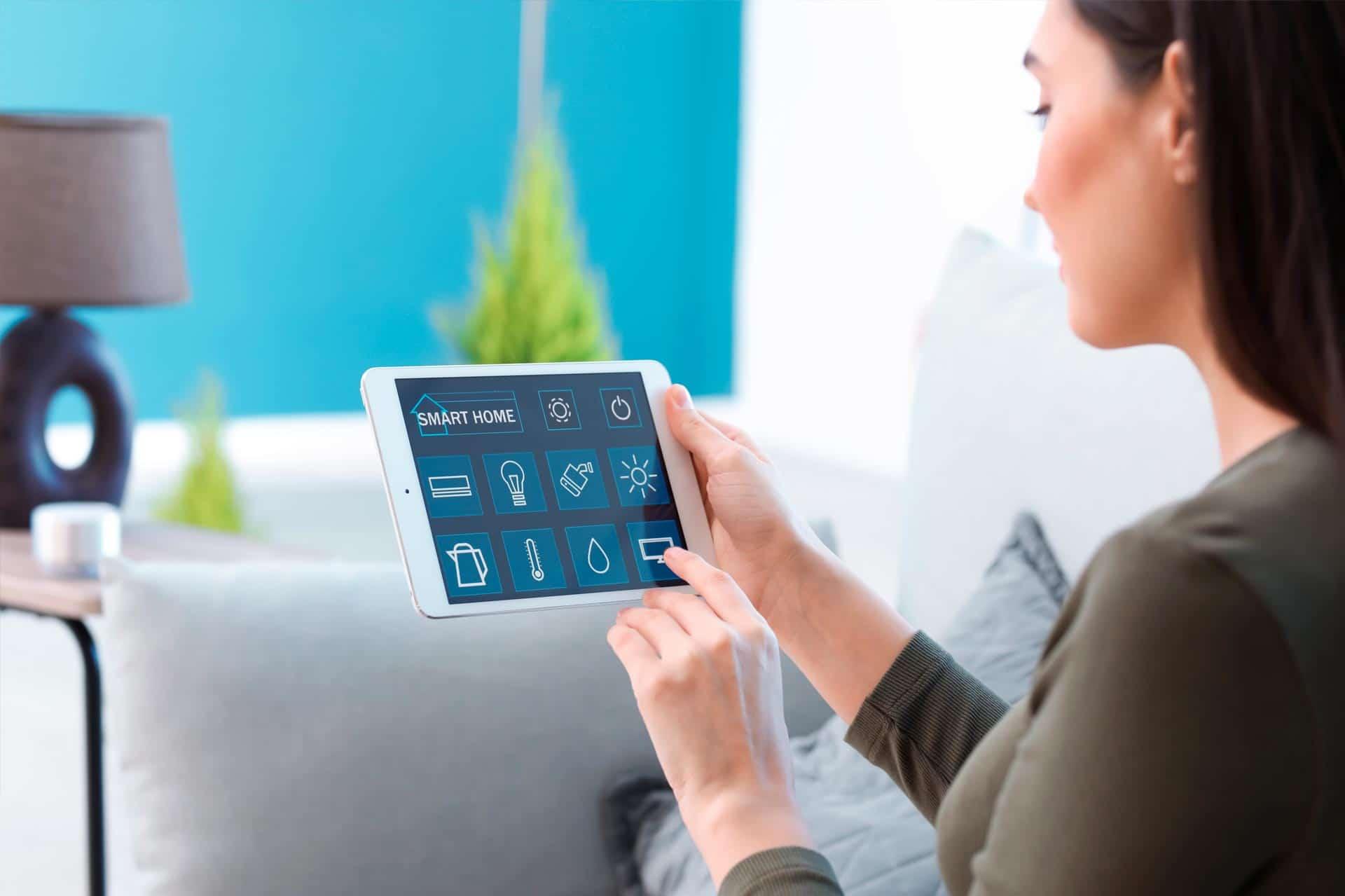 Domotica: vrouw regelt elektronica in huis via haar iPad
